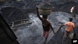 Para pekerja tambang India memindahkan batubara ke dalam sebuah truk di kota Gauhati, India (foto: dok). Pemerintah India diduga memberikan kontrak batubara kepada perusahaan swasta tanpa tender yang transparan.