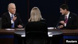 11일 미국 부통령 후보 토론회에 참석한 민주당 조 바이든 부통령(왼쪽)과 공화당 폴 라이언 후보(오른쪽). 가운데는 토론 진행을 맡은 마사 라다츠 기자.