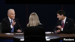 Potpredsednik SAD Džo Bajden i republikanski potpredsednički kandidat Pol Rajan sede ispred moderatora debate Marte Radac tokom debate u Denvilu, Kentakiju.