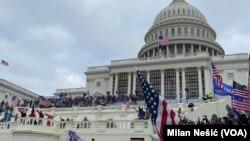 Para pendukung Presiden Trump saat menguasai Gedung DPR AS, Capitol Hill, 6 Januari 2021. (Foto: dok).