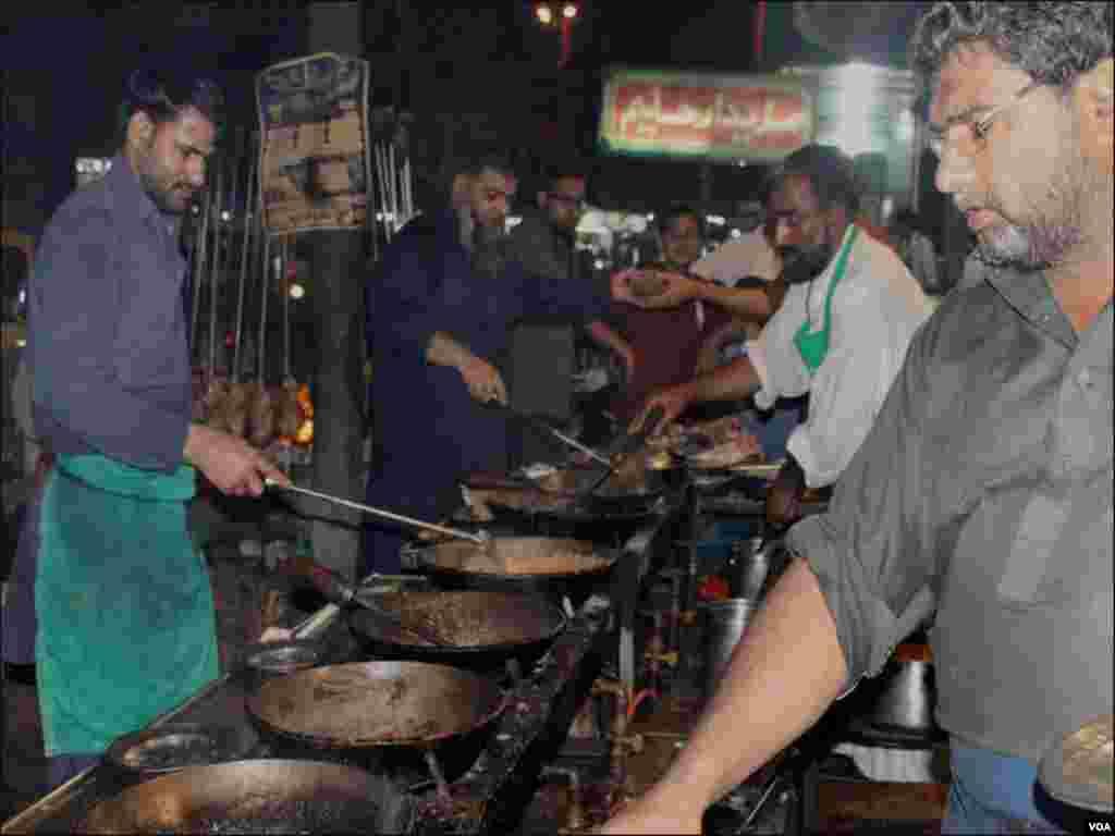 کراچی کے دور دراز علاقوں سے لوگ یہاں کھانا کھانے آتے ہیں