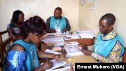 Les agents de la Ceni sont mobilisés au centre d'inscription des électeurs de l'Edap ISP Bukavu, en RDC, le 12 janvier 2017. (VOA/Ernest Muhero)