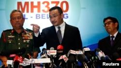 Menteri Transportasi Malaysia Hishammuddin Tun Husein menjawab pertanyaan wartawan dalam konferensi pers hari Rabu (12/3).