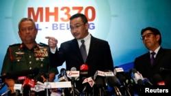 馬來西亞交通部部長希山慕丁侯賽因(中)