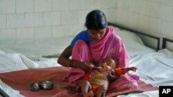 Majka hrani dijete u nutricionističko-rehabilitacijskom centru u mjestu Sheopur u indijskoj pokrajini Madhya Pradesh