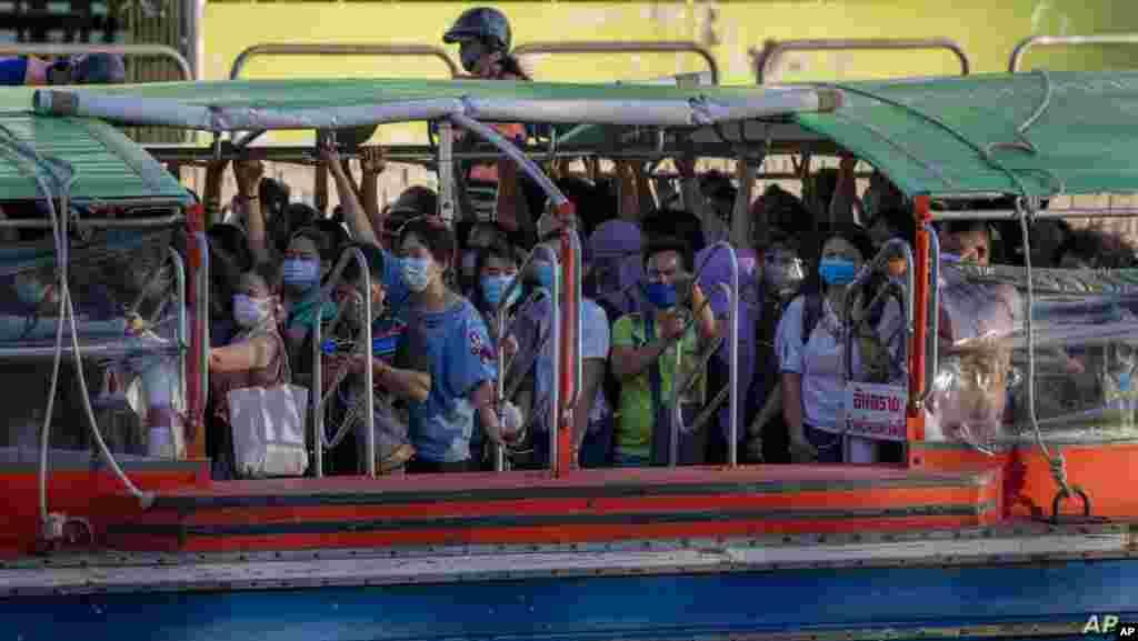 태국 방콕에서 마스크를 착용한 시민들이 보트를 이용해 퇴근하고 있다.