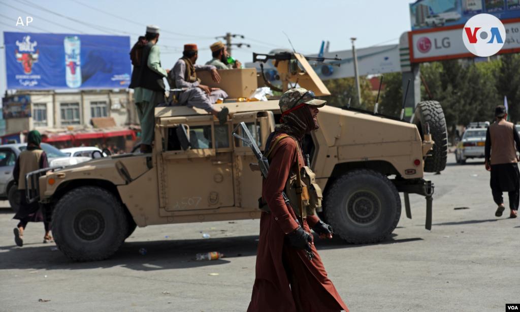 Combatientes talibanes montan guardia frente al aeropuerto internacional Hamid Karzai, en Kabul, Afganistán. [16 de agosto de 2021].