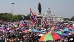 Demonstran anti-pemerintah Thailand berkumpul di depan patung Raja Chulalongkorn dalam protes massal di Bangkok, Thailand Sabtu, 29 Maret 2014.