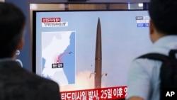 人们在韩国首尔火车站的一个电视屏幕上观看朝鲜发射弹道导弹 (7月31号摄)