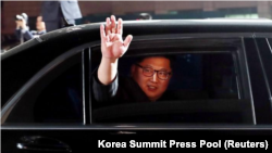 Lãnh tụ Triều Tiên Kim Jong Unvẫy tay chào tạm biệt Tổng thống Hàn Quốc Moon Jae-in sau lễ tiếp đón tại làng đình chiến Panmunjom, trong khu phi quân sự chia cắt hai miền Triều Tiên, Hàn Quốc, ngày 27 tháng 4, 2018.