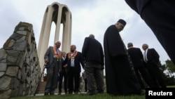 Những thành viên trong cộng đồng kiều dân Armenia ở Mỹ tụ tập tưởng niệm cuộc diệt chủng năm 1915, tại Đài tưởng niệm Tử sĩ Armenia ở Montebello, California, Mỹ, ngày 24 tháng 4, 2021.
