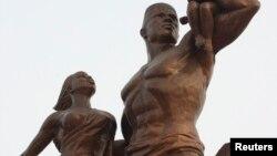 세네갈 수도 다카르 외곽에 세워진 '아프리카의 르네상스' 동상. 북한 만수대창작사가 만든 작품으로, 당시 2천8백만 달러의 제작비가 든 것으로 알려졌다.