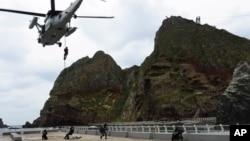 한국 해양 경찰과 해군 특수 부대가 지난해 10월 독도에서 합동 훈련을 벌였다. (자료사진)
