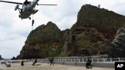 지난해 10월 독도방어 훈련에 참여한 한국 해군 특전대대(UDT/SEAL)와 해경 특공대대원들. (자료사진)