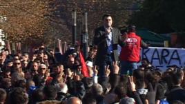 Protesta e opozitës para parlamenit