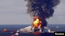 救火船奋力试图扑灭钻井平台烈焰