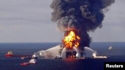 Nổ tại giàn khoan Deepwater Horizon, ngoài khơi Louisiana, tháng 4 năm 2010