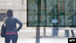 Một màn hình hiển thị giá thị trường chứng khoán ở Milan, Ý, 9/11/2011