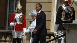 پرزیدنت اوباما هنگام استقبال رسمی از سوی ملکه ایزابت دوم در کاخ باکینگهام در لندن - ۲۴ مه ۲۰۱۱