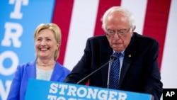 Le sénateur du Vermont Bernie Sanders accompagné par la candidate Hillary Clinton à Portsmouth, New Hampshire, 12 juillet 2016.
