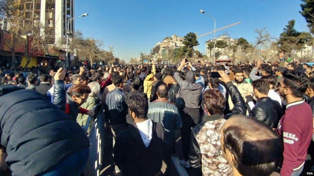عکسی از تجمع مردم در مشهد قبل از حمله پلیس.