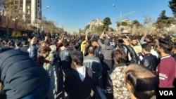 Para demonstran Iran melakukan unjuk rasa di kota Mashhad, memrotes keterlibatan militer Iran di Suriah, Jumat (29/12).