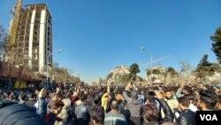در مظاهرات اخیر، شماری از اعتراض کنندگان شعار های ضد علی خامنه ای، رهبر ایران، را نیز سر دادند