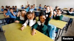 Palestinian students attend class at al-Taea school in Khan Younis, southern Gaza strip, Aug. 23, 2009.