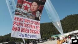 지난해 10월 한국 경기도 파주시 통일동산에서 탈북자 단체인 자유북한운동연합 회원들이 북한 정권을 규탄하는 내용의 전단을 북으로 날려보내고 있다. (자료사진)