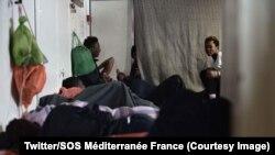 Di dân ngủ trên tàu cứu hộ Aquarius ở Địa Trung Hải, ngày 16 tháng 6, 2018 (Twitter/SOS Méditerranée France)