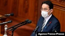 日本新任首相岸田文雄在日本国会发表他的首次政策讲话。(2021年10月8日)