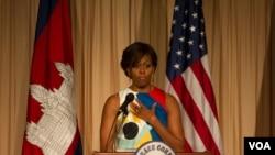 미셸 오바마 여사가 21일 시엠립의 한 호텔에서 미 평화봉사단 단원들에게 '소녀들을 배우게 하자' 캠페인의 중요성을 설명하고 있다 (2015년 3월 21일)