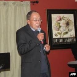 Nhà thơ Du Tử Lê cám ơn khách tham dự