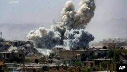 De la fumée et des débris s'élèvent après un bombardement à Damas, Syrie, 25 septembre 2017.