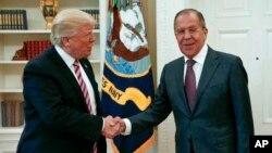 Presiden AS Donald Trump saat menerima Menlu Rusia Sergey Lavrov di Gedung Putih, 10 Mei 2017 lalu (foto: dok).