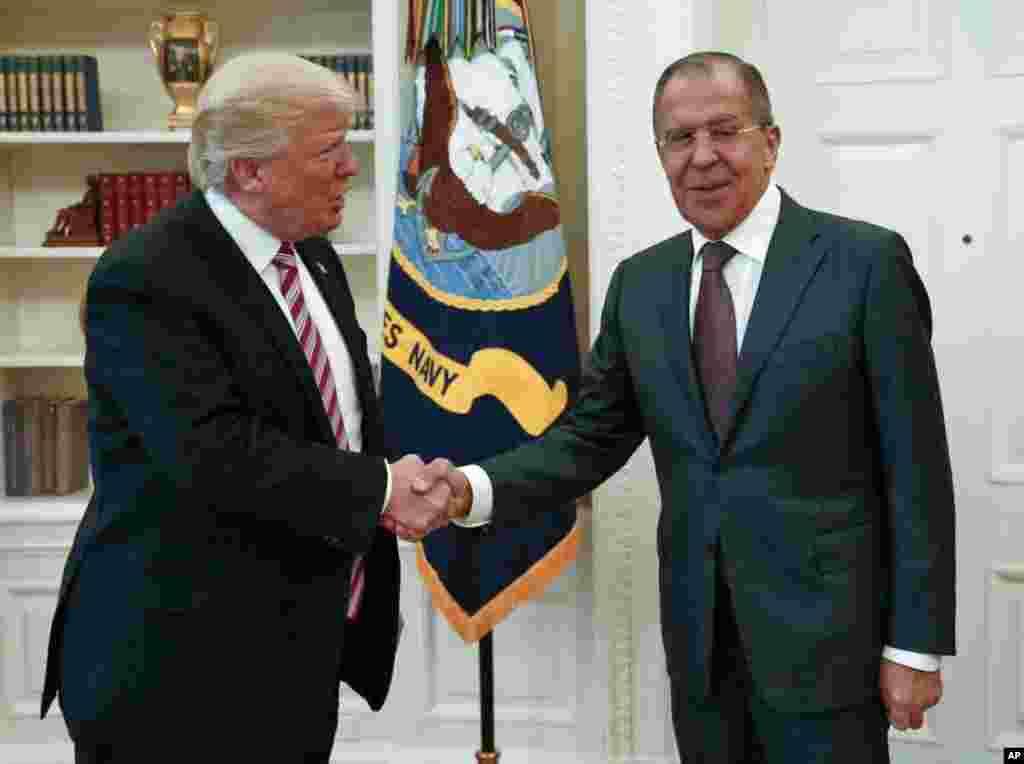 El presidente de Estados Unidos, Donald Trump, estrecha la mano del ministro de Asuntos Exteriores de Rusia, Sergey Lavrov, en la Casa Blanca en Washington, el miércoles 10 de mayo de 2017. (Foto del Ministerio de Asuntos Exteriores de Rusia por AP)