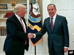 도널드 트럼프(왼쪽) 대통령이 지난 5월 백악관에서 세르게이 라브로프 러시아 외무장관과 악수하고 있다.