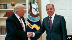 Президент Трамп приветствует главу МИД России Сергея Лаврова в Белом доме