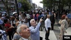 Para pekerja di Washington DC dievakuasi keluar gedung setelah terjadinya gempa berkekuatan 5,9 skala Richter, Selasa (23/8).
