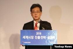 김현종 한국 산업통상자원부 통상교섭본부장이 9일 서울 인터컨티넨탈 코엑스 호텔에서 열린 2018 세계시장 진출전략 설명회에서 축사를 하고 있다.