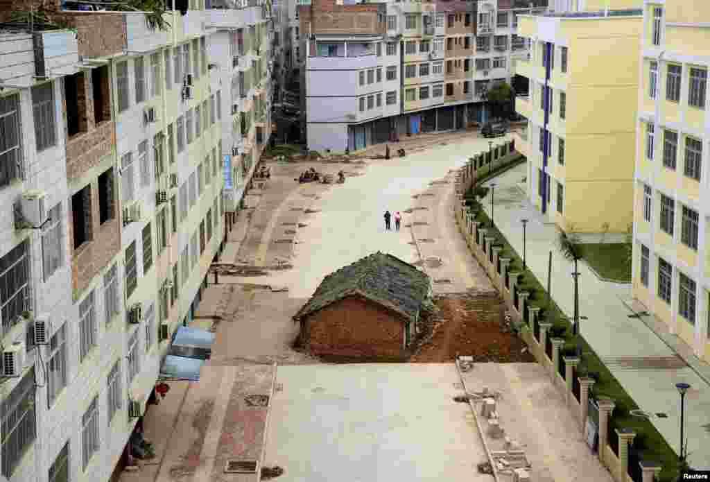 آخرین ساختمانی که در منطقه خودمختار گوانگشی ژوانگ در نانینگ در چین در وسط جاده در حال ساخت قرار دارد. بنا به رسانههای محلی، صاحب خانه در مورد پرداخت غرامت با مقامات محلی به توافق نرسیده است.