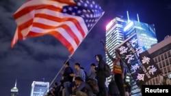 香港民眾匯集在中環愛丁堡廣場揮舞美國國旗舉行感恩節集會。(2019年11月28日)