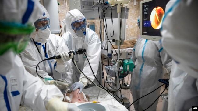 Doktorët intubojnë një pacient në klinikën Filatov, Moskë