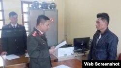Công an đọc lệnh bắt ông Trần Hữu Đức ngày 21/1/2021. Photo PLO.