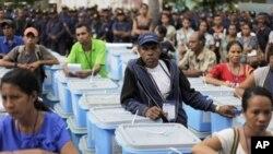 Các thành viên thuộc ủy ban bầu cử đứng cạnh những thùng phiếu được gửi đến các ngôi làng ở Dili, Đông Timor, 16/3/2012