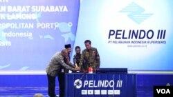 Presiden Joko Widodo menekan tombol bersama Menteri BUMN, Gubernur Jawa Timur dan Direktur Utama Pelindo III pada peresmian revitalisasi alur pelayaran barat Surabaya dan Teluk Lamong. (VOA/Petrus Riski)