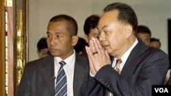 Menlu Thailand Kasit Piromya (kanan) tiba di Phnom Penh untuk melakukan pembicaraan dengan Menlu Kamboja, 30 Desember 2010.