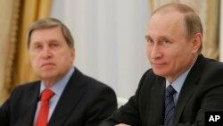 Le président russe Vladimir Poutine, à droite, et son conseiller aux affaires étrangères Yury Ouchakovà Moscou, Russie, 26 mai 2016.