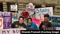 Dinanda Pramesti dan beberapa peserta aksi Women's March di Washington DC.
