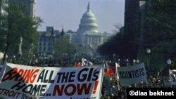 Người biểu tình phản đối chiến tranh Việt Nam tụ tập đông đảo trong cuộc biểu tình phản chiến lớn nhất trong lịch sử của Mỹ ở Washington, ngày 15 tháng 11, 1969. (AP Photo)